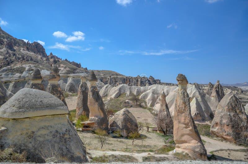 Chaminés feericamente de Cappadocia na garganta em Turquia fotos de stock royalty free