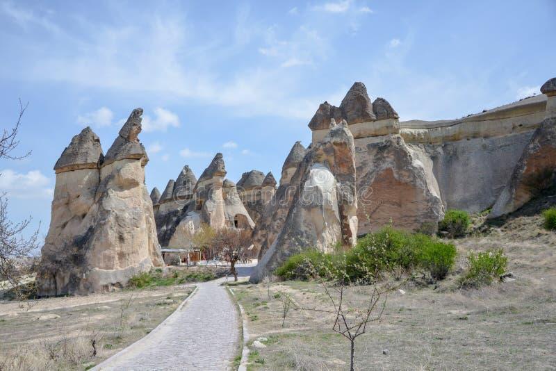 Chaminés feericamente de Cappadocia na garganta perto da vila de Cavusin, ne imagens de stock royalty free