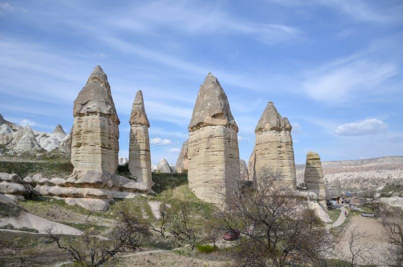 Chaminés feericamente de Cappadocia, Nevsehir em Turquia foto de stock