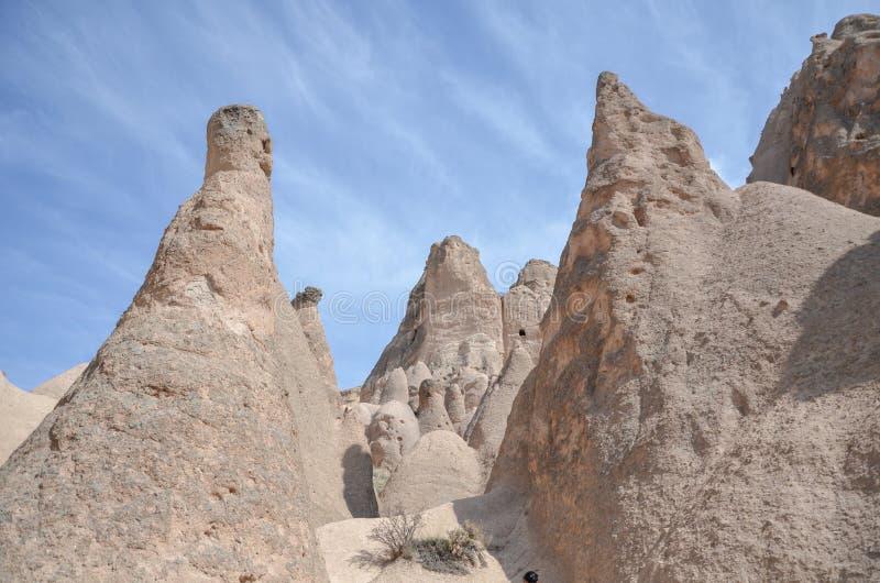 Chaminés feericamente de Cappadocia, Nevsehir em Turquia fotos de stock