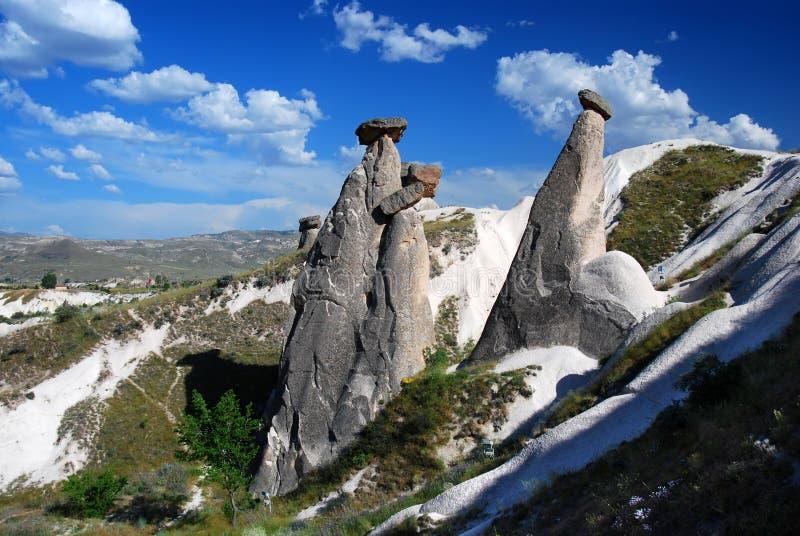 Chaminés feericamente em Cappadocia imagem de stock