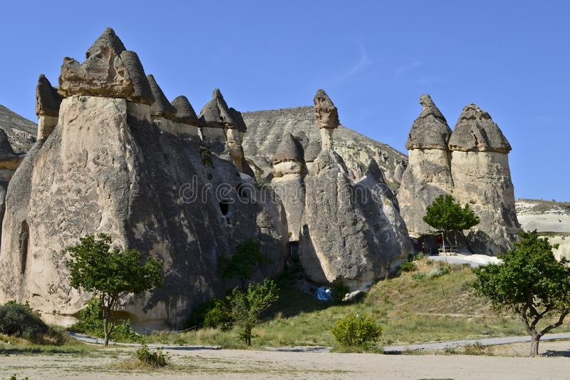 Chaminés feericamente em Cappadocia fotografia de stock royalty free
