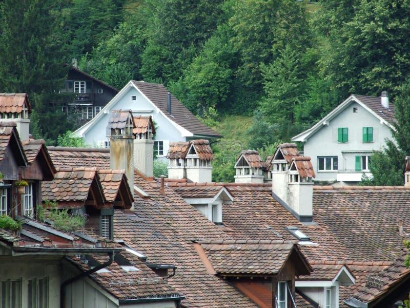 Chaminés nos telhados de casas residenciais no centro de Berna fotografia de stock
