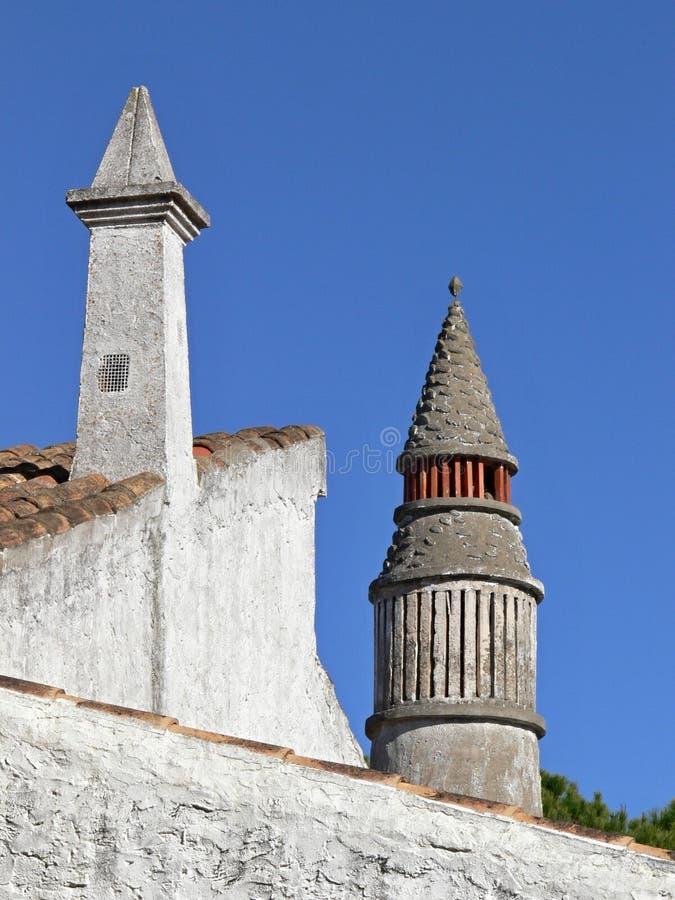 Chaminés tradicionais em um housetop em Portugal fotos de stock royalty free