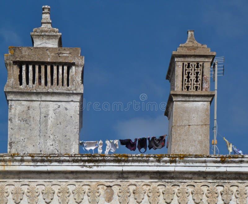 Chaminés tradicionais em um housetop em Portugal imagens de stock