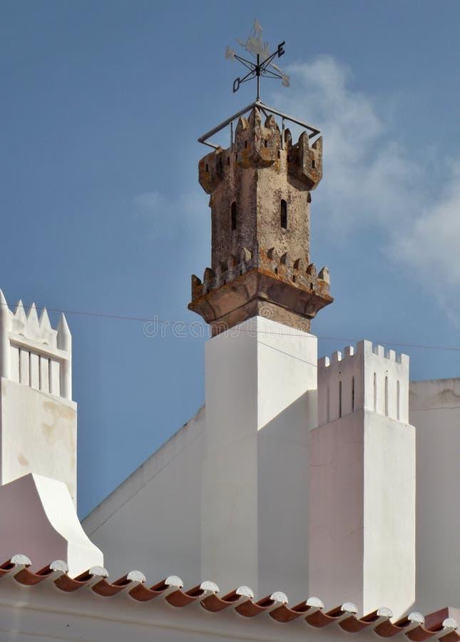 Chamin? tradicional na forma do Torre de Bel?m em um housetop foto de stock