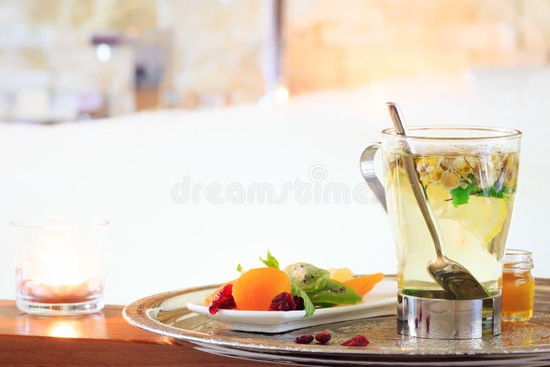 Chamomile herbata blisko jacuzzi kiedy było tła można użyć valentines pocztówki Romansowy conce obraz royalty free
