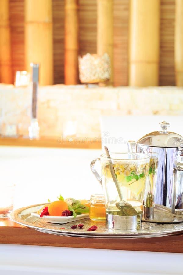 Chamomile herbata z teapot blisko jacuzzi kiedy było tła można użyć valentines pocztówki r zdjęcie stock