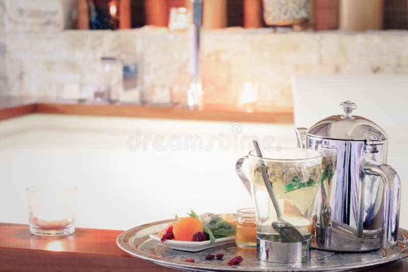 Chamomile herbata z teapot blisko jacuzzi kiedy było tła można użyć valentines pocztówki r obrazy stock