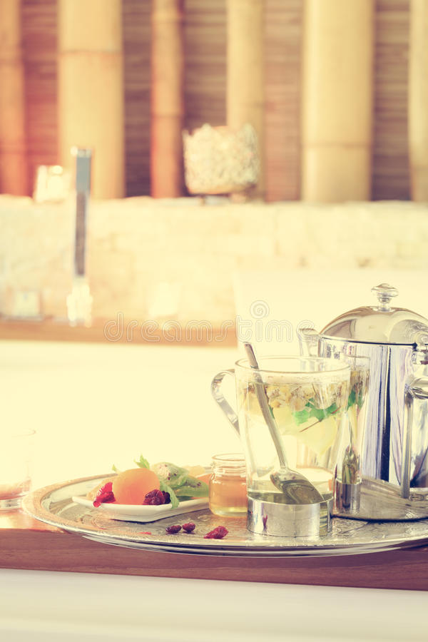 Chamomile herbata z teapot blisko jacuzzi kiedy było tła można użyć valentines pocztówki r zdjęcia stock