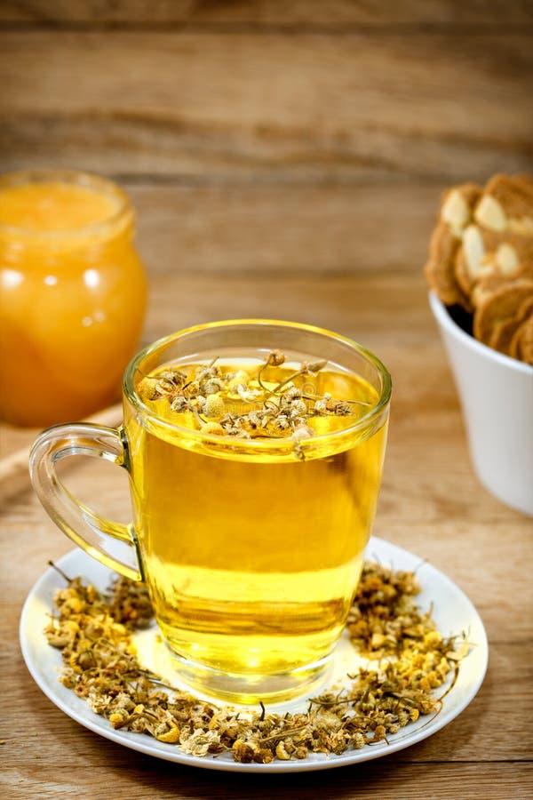 Chamomile - rumianek herbata na stole obraz royalty free