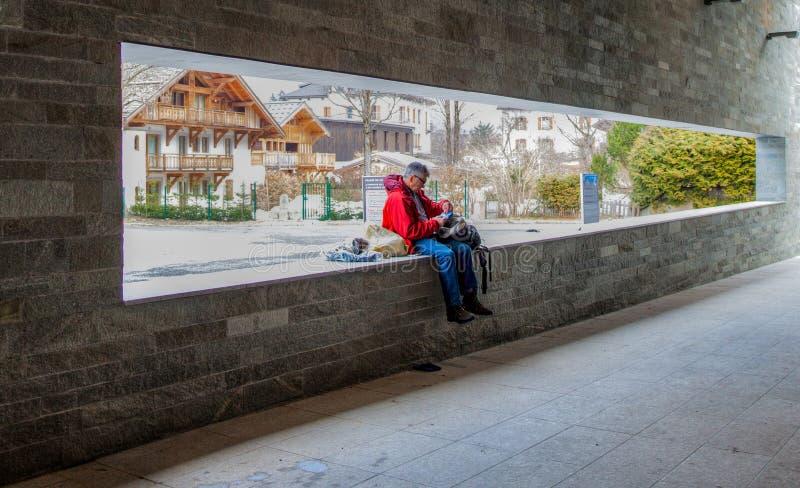 Chamonix, Francia - viaggiatore solo fotografia stock