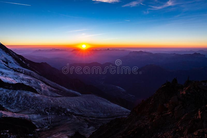 Chamonix gór dolinnego lodowa zmierzchu piękny widok obraz stock