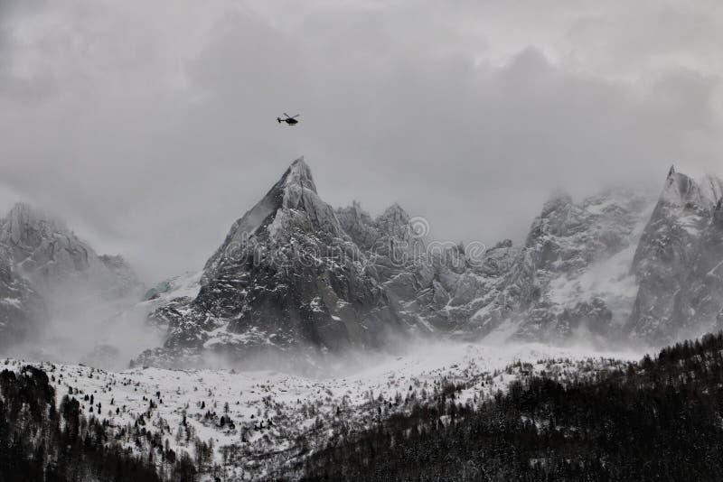 Chamonixheliski mont blanc stock afbeeldingen
