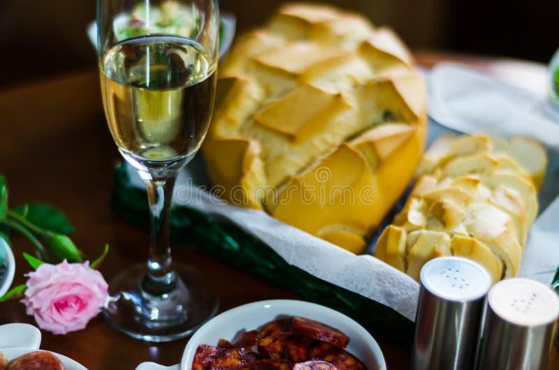 Champán con los aperitivos determinados en los pequeños bocados de las porciones, sanos y deliciosos, sistema sabroso fotografía de archivo libre de regalías