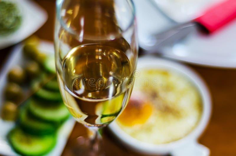 Champán con los aperitivos determinados en los pequeños bocados de las porciones, sanos y deliciosos, sistema sabroso foto de archivo libre de regalías