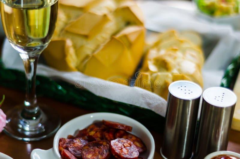 Champán con los aperitivos determinados en los pequeños bocados de las porciones, sanos y deliciosos, sistema sabroso imagenes de archivo