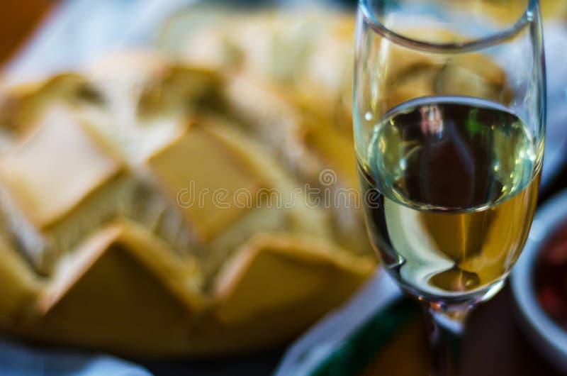 Champán con los aperitivos determinados en los pequeños bocados de las porciones, sanos y deliciosos, sistema sabroso foto de archivo