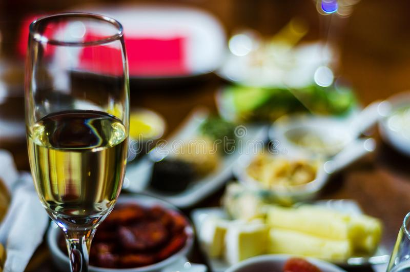 Champán con los aperitivos determinados en los pequeños bocados de las porciones, sanos y deliciosos, sistema sabroso imagen de archivo