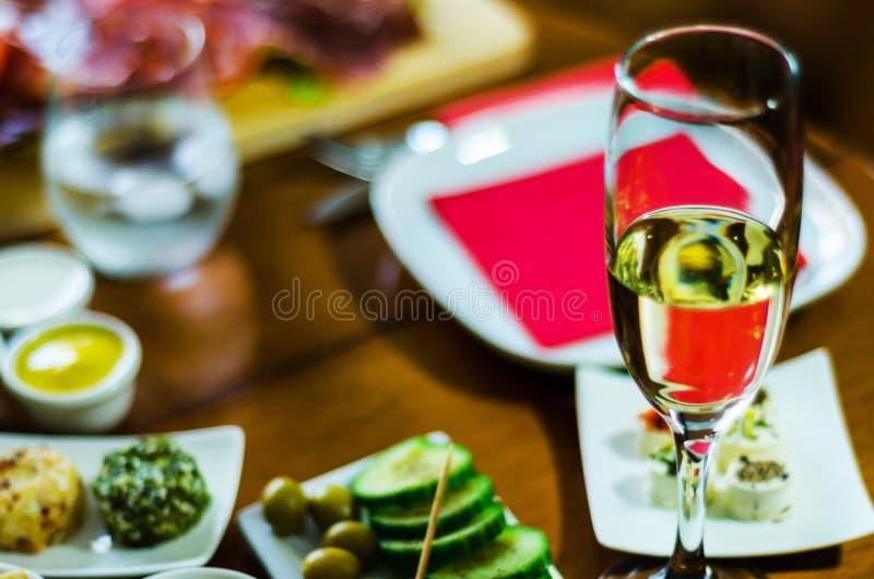 Champán con los aperitivos determinados en los pequeños bocados de las porciones, sanos y deliciosos, sistema sabroso imagen de archivo libre de regalías