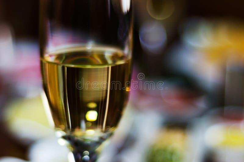 Champán con los aperitivos determinados en los pequeños bocados de las porciones, sanos y deliciosos, sistema sabroso fotos de archivo libres de regalías