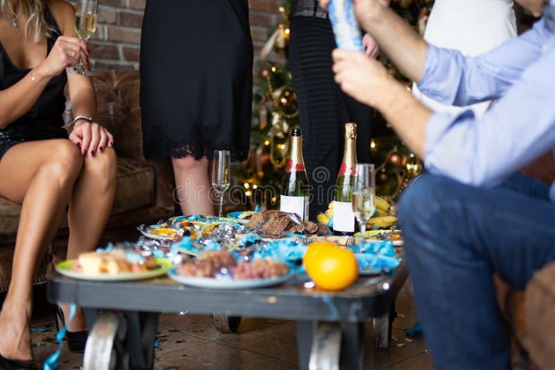 Champán de consumición de la gente joven mientras que celebra en el partido del Año Nuevo imágenes de archivo libres de regalías