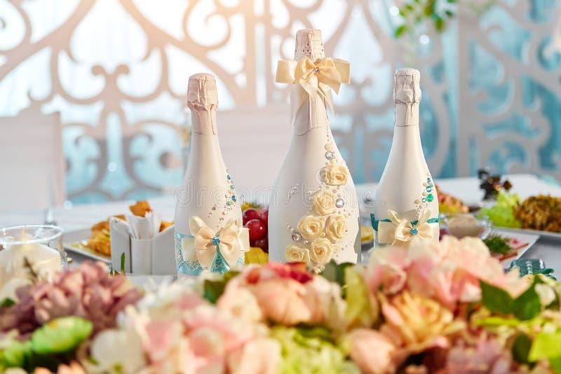 Champán embotella la decoración para el día de boda foto de archivo libre de regalías