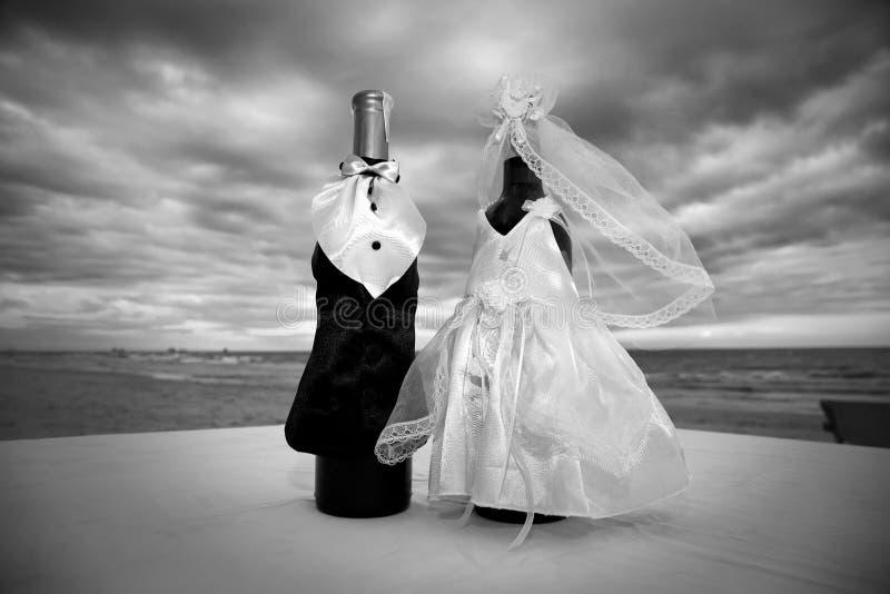 Champán embotella la decoración para el día de boda imagenes de archivo