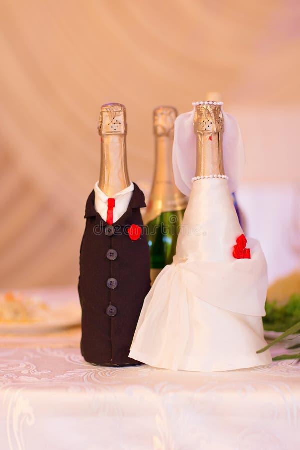 Champán embotella la decoración para el día de boda imagen de archivo