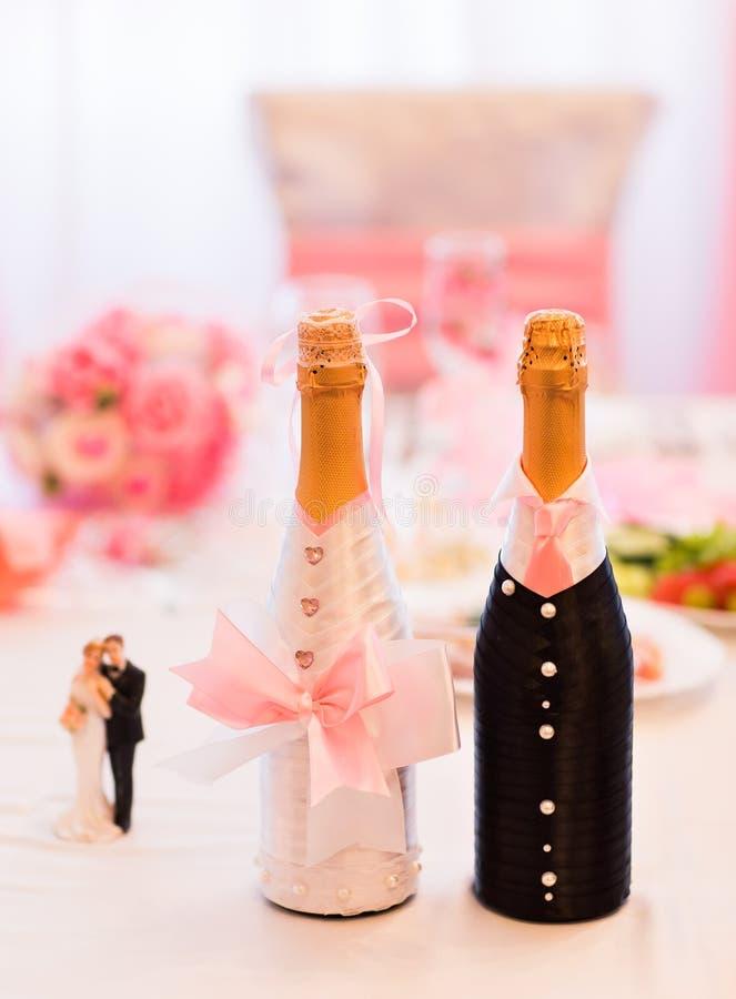 Champán embotella la decoración para el día de boda fotos de archivo
