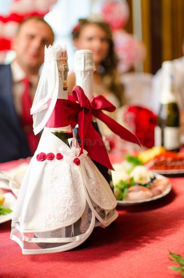 Champán embotella la decoración para el día de boda imagen de archivo libre de regalías