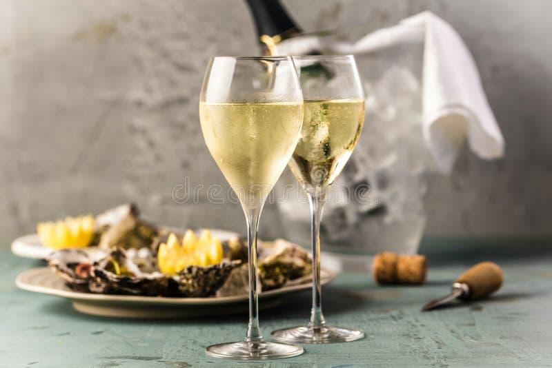 Champán hermoso de las ostras y de los vidrios del aperitivo en la tabla festiva fotografía de archivo libre de regalías
