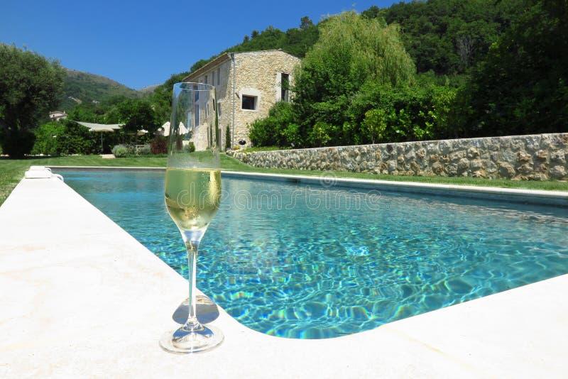 Champán por la piscina en Provence, Francia imágenes de archivo libres de regalías