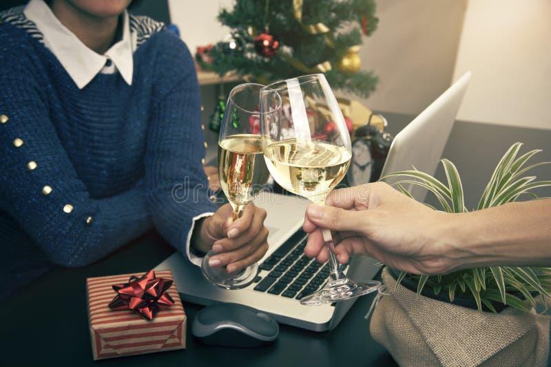 Champán que anima del trabajador de dos negocios en la Navidad de las fiestas en la oficina fotos de archivo