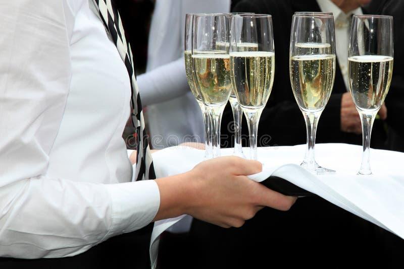 Champán servido camarera en una recepción del champán imagenes de archivo