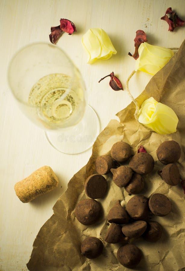 Champán y chocolates imagen de archivo libre de regalías