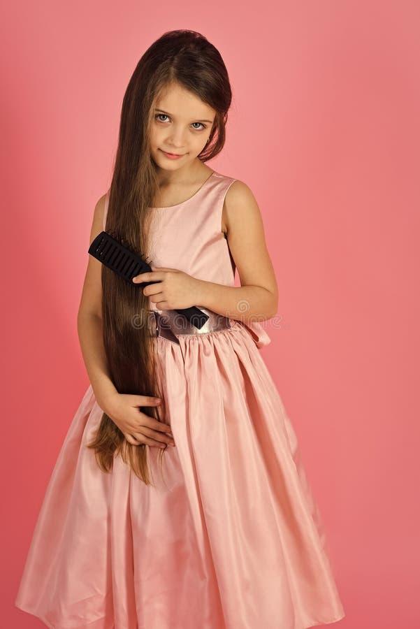 Champô do bebê Levantamento elegante da menina Cabelo da escova da criança da menina no vestido elegante no rosa imagens de stock royalty free