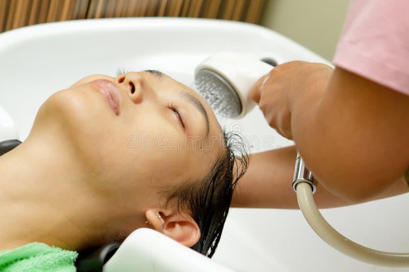 Champô e lavagem do cabelo no salão de beleza do hairdressing imagens de stock royalty free