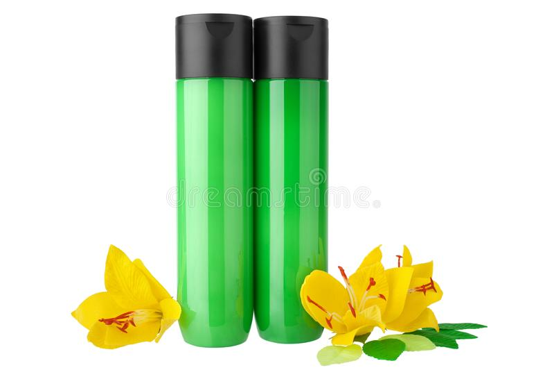 Champú dos, botellas o gel plásticas verdes de la ducha, loción hidratante del acondicionador de pelo en cierre aislado fondo bla foto de archivo libre de regalías