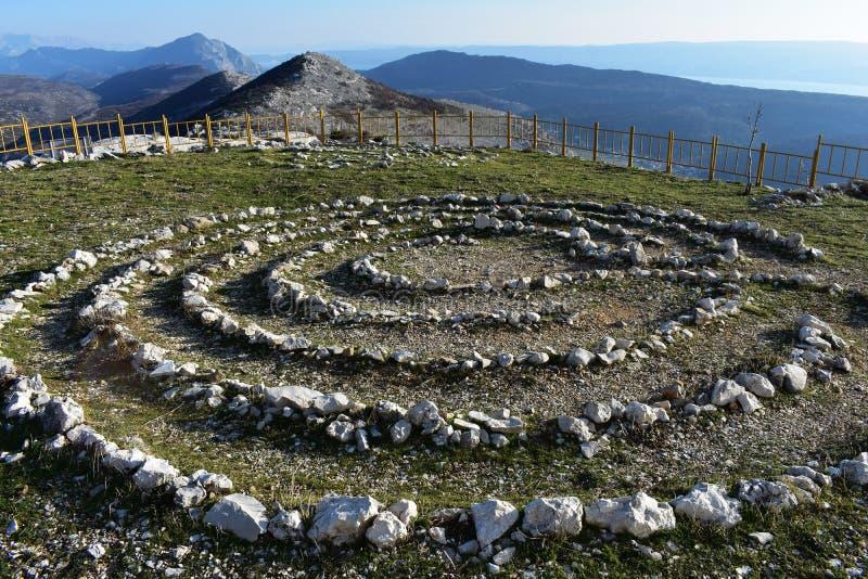 Champ complètement des pierres curatives Cercle en pierre à la montagne photos libres de droits