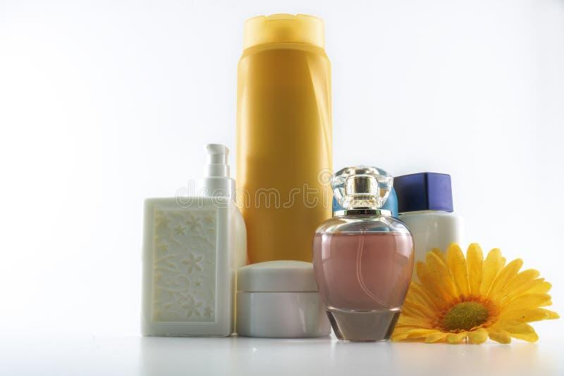 Champ?, crema del sol, esmalte de u?as, parfum, jab?n foto de archivo libre de regalías