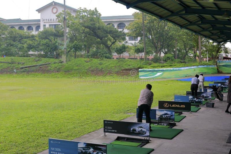 Champ d'exercice de golf dans le jour nuageux images libres de droits