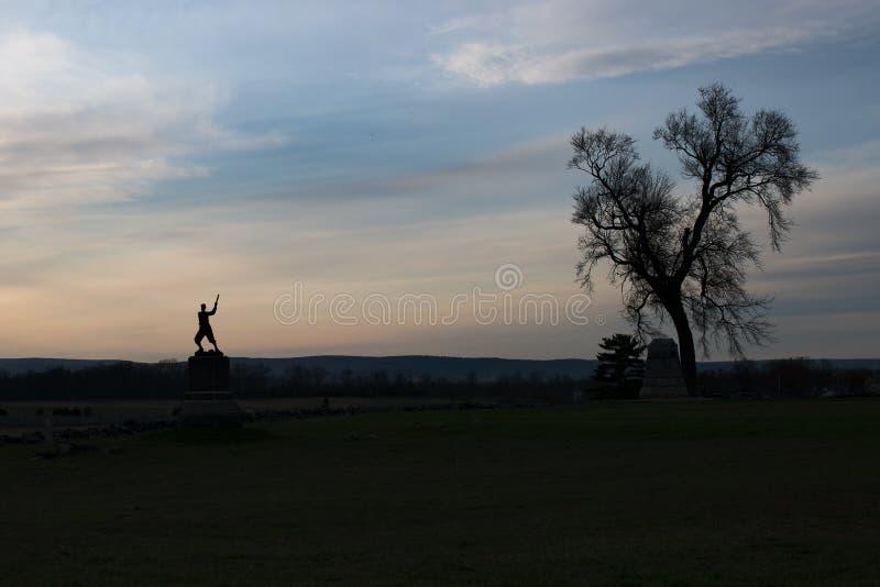 Champ de bataille de Gettysburg au crépuscule avec le monument photographie stock libre de droits