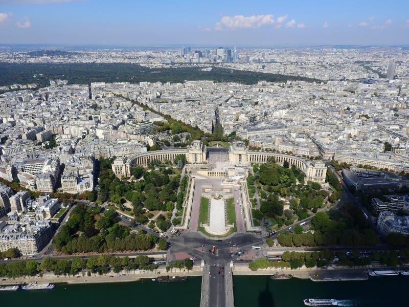 Η άποψη του Champ de Mars από την κορυφή του πύργου του Άιφελ που κοιτάζει κάτω βλέπει την ολόκληρη πόλη ως όμορφη κλασική αρχιτε στοκ εικόνες