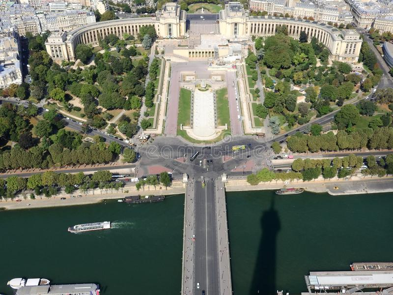 Η άποψη του Champ de Mars από την κορυφή του πύργου του Άιφελ που κοιτάζει κάτω βλέπει την ολόκληρη πόλη ως όμορφη κλασική αρχιτε στοκ φωτογραφία