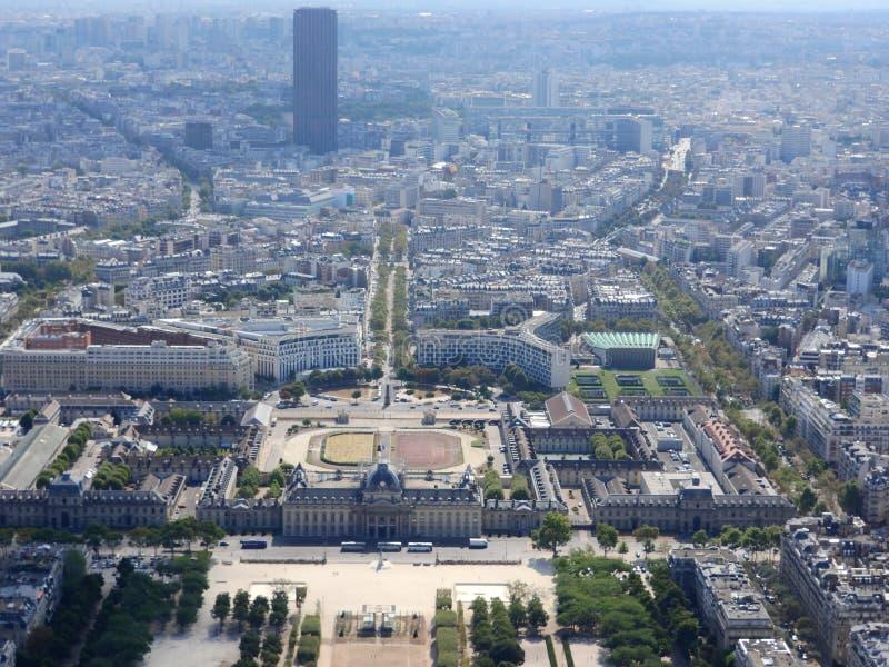 Η άποψη του Champ de Mars από την κορυφή του πύργου του Άιφελ που κοιτάζει κάτω βλέπει την ολόκληρη πόλη ως όμορφη κλασική αρχιτε στοκ εικόνα με δικαίωμα ελεύθερης χρήσης