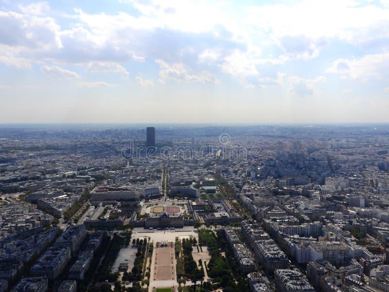 Η άποψη του Champ de Mars από την κορυφή του πύργου του Άιφελ που κοιτάζει κάτω βλέπει την ολόκληρη πόλη ως όμορφη κλασική αρχιτε στοκ φωτογραφία με δικαίωμα ελεύθερης χρήσης