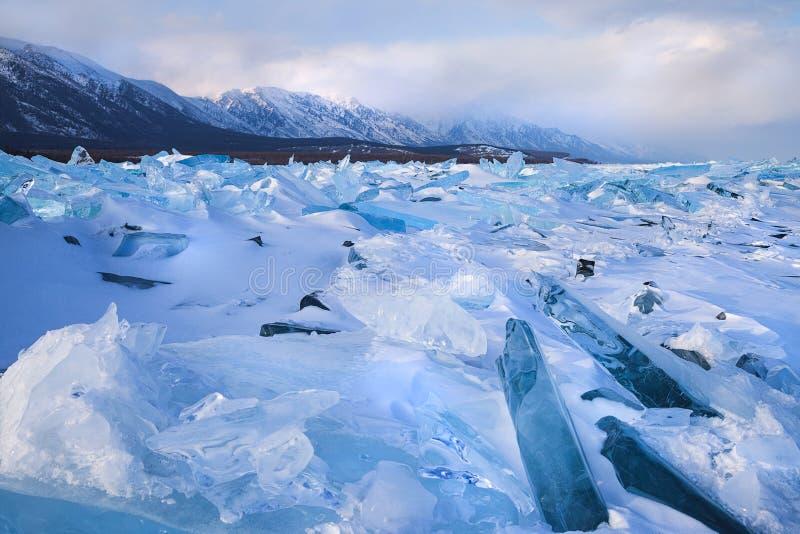 Champ de neige et de glace le long de gamme de montagne photos libres de droits