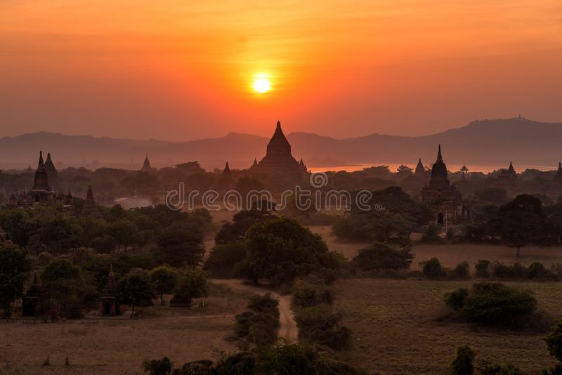 Champ de pagoda au lever de soleil Bagan, Myanmar image stock