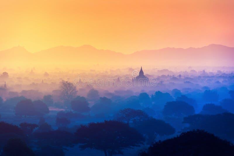 Champ de pagoda avec la lumière du soleil chez Bagan, Myanmar image libre de droits